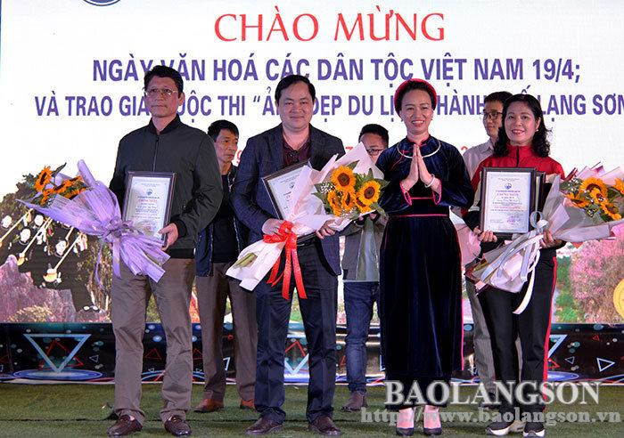 在骑驴步行街举行为庆祝越南各民族文化纪念日的许多有趣活动