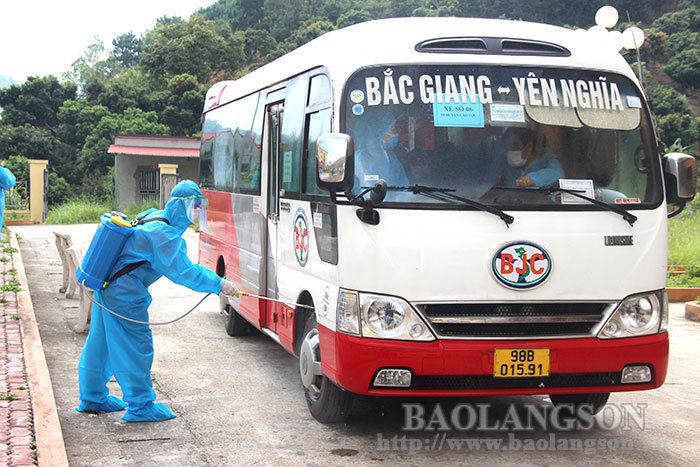 谅山:迎接北江疫区近400名职工返乡