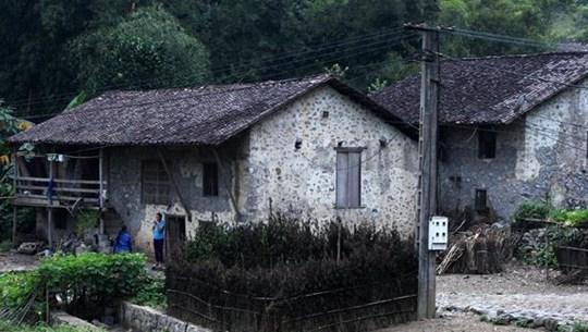 高平省重庆县谭水乡快极村岱依族人的石头高脚屋
