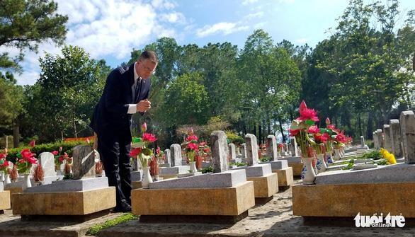 美国驻越大使克里滕布林克拜谒长山国家烈士陵园