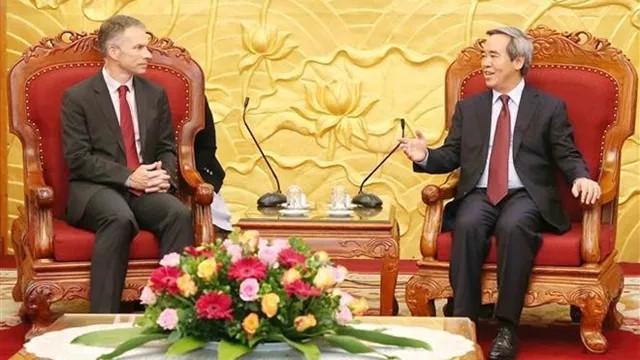 越共中央经济部部长阮文平会见世行和谷歌领导人