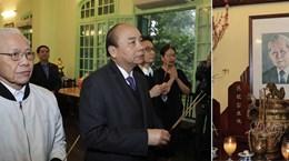 越南政府总理阮春福为已故党和国家领导人上香